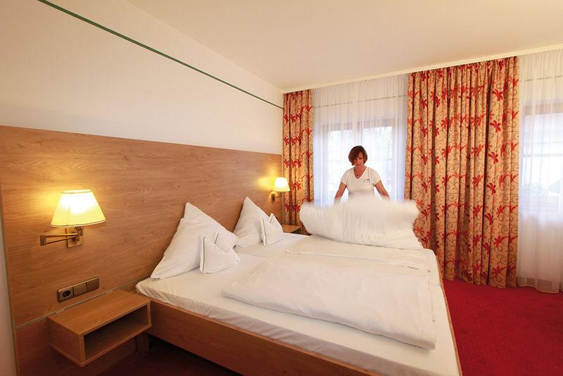 accessible room hotel garni sterff in seeshaupt. Black Bedroom Furniture Sets. Home Design Ideas